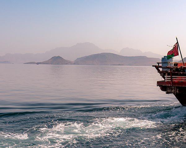 imbarcazione nei fiordi di musandam