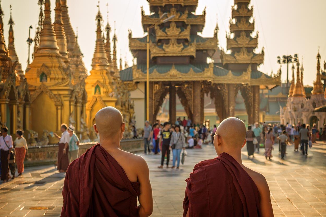 monaci birmani e la pagoda d'oro